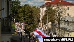 Нацыянальны сьцяг на пратэстах у Горадні ў 2020 годзе.