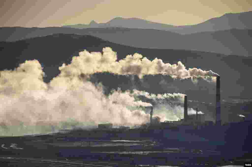 На протяжении многих лет город Карабаш в Челябинской области России считался самым грязным местом на планете. Местный медный комбинат долгие годы не устанавливал очистных конструкций и беспрепятственно выбрасывал в атмосферу вредные вещества.