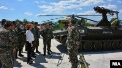 Министерката за одбрана Радмила Шеќеринска на прославата на 25 години од основањето на Воздухопловната бригада при АРМ.