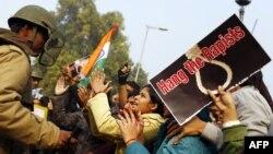 Fotografi arkivi e protestave indiane ku janë kërkuar ligje më të mira pë mbrojtjen e femrave në këtë shtet