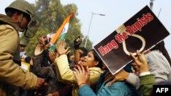 Arxiv fotosu: Hindistanda qızların zorlanmasına görə ittiham edilənlərin asılmasını tələb edən aksiya iştirakçıları ilə polisin mübahisəsi.