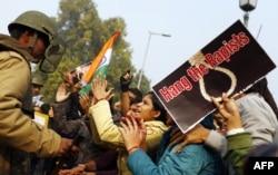 """Hinsitanda qadınlara qarşı zorakılığı pisləyən nümayiş, """"Qızları Zorlayanları asın!"""" şüarı 23 dekabr 2012"""