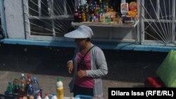 Женщина продает напитки на железнодорожной станции в Южно-Казахстанской области.