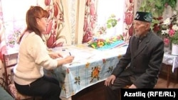 Ижауда яшәүче Рафаил Гафаров Люция Шәрәфетдинова белән сөйләшә