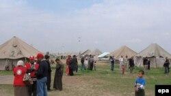 عائلات تسكن في مخيمات