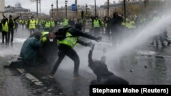 Tunuri de apă împotriva protestatarilor la Paris, 1 decembrie 2018