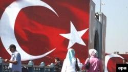 Турецкий флаг на одной из улиц Стамбула.