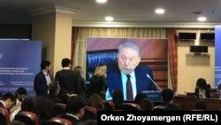 Журналисты смотрят трансляцию расширенного заседания правительства с участием президента Казахстана Нурсултана Назарбаева. Астана, 9 февраля 2018 года.