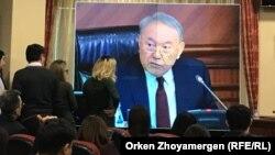 На экране — президент Казахстана Нурсултан Назарбаев во время участия в расширенном заседании правительства. Астана, 9 февраля 2018 года.