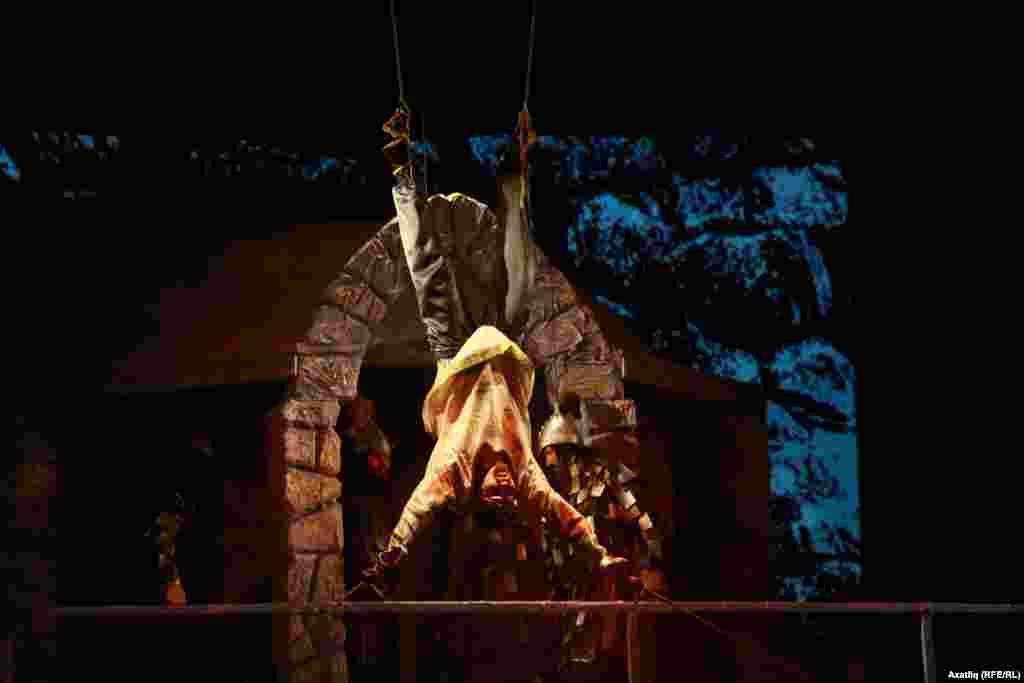 Турыбатыр, сөйгәне Нәргизәгә тугры калганы өчен дошманнары тарафыннан Кара Пулат алдында асып үтерелә
