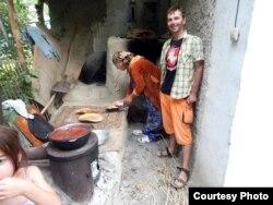 Мікра-пякарня ў двары дому, разам з гаспадыняй робім хлеб. Памір, Таджыкістан