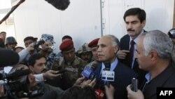 ممثل سكان معسكر اشرف مهدي برائي في مؤتمر صحفي اثناء تظاهرة سكان المعسكر