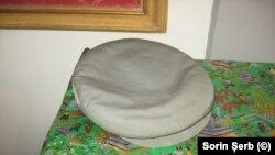 Celebra șapcă pe care Ceaușescu și-o punea pe cap cu ocazia vizitelor de lucru. Acum, scoasă la licitație.