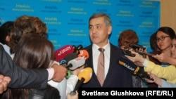 Дін істері және азаматтық қоғам министрі Нұрлан Ермекбаев журналистерге сұхбат беріп тұр. Астана, 18 қыркүйек 2017 жыл