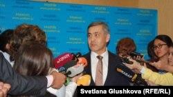Министр по делам религий и гражданского общества Казахстана Нурлан Ермекбаев (в центре). Астана, 18 сентября 2017 года.