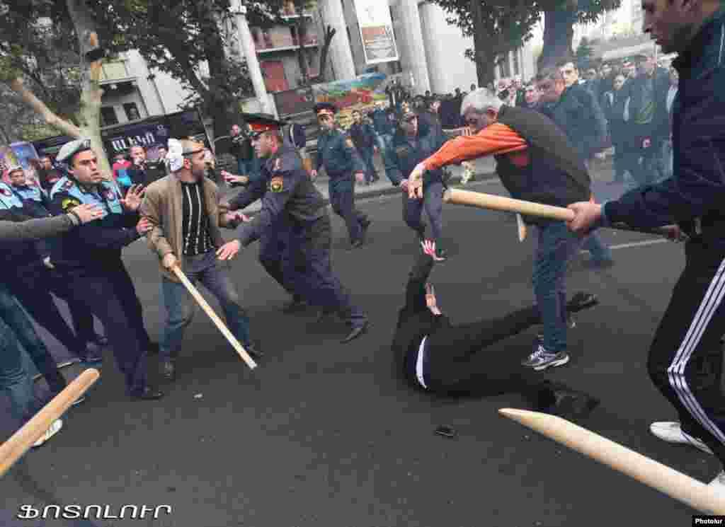 """5 ноября в Ереване произошли столкновения полиции с десятками националистов, пытавшихся пройти к президентской резиденции. Сторонники лидера националистической партии """"Цегакрон"""" Шанта Арутюняна следовали вдоль центрального проспекта Маштоц. Ранее Арутюнян заявлял о намерении вместе со своими единомышленниками организовать «революцию» и взорвать резиденцию президента в Ереване. Как минимум 37 человек, в том числе Арутюнян, были арестованы. По данным властей, после столкновений были госпитализированы девять человек."""