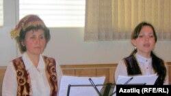 Диләрә Чапаноглу һәм Гүзәл Гыйлметдинова Аналар көне һәм Тукай иҗатына багышланган кичәдә, 2011 ел