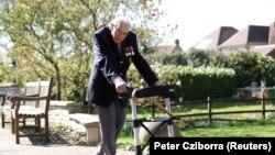 Отставной капитан британской армии 99-летний Том Мур проводит благотворительную акцию по сбору пожертвований для медицинских работников. Фото сделано весной 2020 года, когда эпидемия коронавируса распространилась по Великобритании