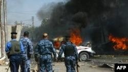 عناصر أمن يتفحصون موقع تفجير خارج مصرف في كركوك 29 أيلول 2011.