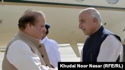 کوټه: د بلوچستان وزیراعلا ډاکټر عبدالمالک او د پاکستان وزیراعظم نواز شریف سره روغبړ کوي.