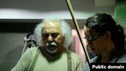 اسفندیار منفردزاده همراه با یکی از نوازندگان ویولن در حال ضبط موسیقی