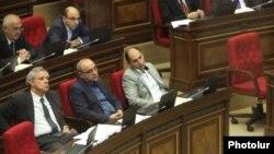 Вардан Осканян (слева) в зале заседаний парламента, Ереван, 1 октября 2012 г.