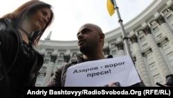 Ziariștii Mustafa Nayem și Tetyana Danylenko, la o acțiune de solidaritatea cu presa în fața clădirii guvernului la Kiev în 2013