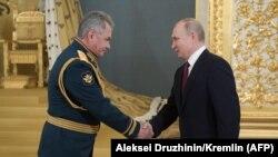 Президент России Владимир Путин (справа) и министр обороны России Сергей Шойгу.