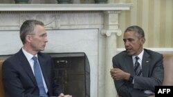 Президент США Барак Обама (српава) и Генеральный секретарь НАТО Йенс Столтенберг. Белай дом, Вашингтон, 26 мая 2015 года.