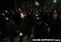 Петро Порошенко на передньому плані. Сімферополь, 28 лютого 2014 року