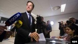 Премьер-министр Нидерландов Марк Рютте на участке для голосования 6 апреля