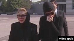 Татьяна Каримова и Лола Каримова-Тилляева в аэропорту Ташкента 3 сентября 2016 года.
