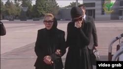 Супруга и младшая дочь первого президента Узбекистана Ислама Каримова провожают в аэропорту Ташкента гроб с его телом в Самарканд.