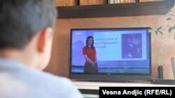 Србија - Ученик следи онлајн настава преку националната телевизија.