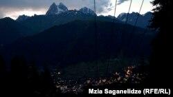 Вид на Ушбу из райцентра региона Местия
