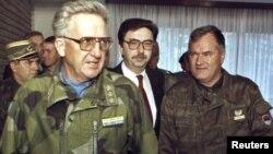 راتکو ملادیچ (راست)، فرمانده نیروهای صرب بوسنی در جریان جنگ بوسنی بود.