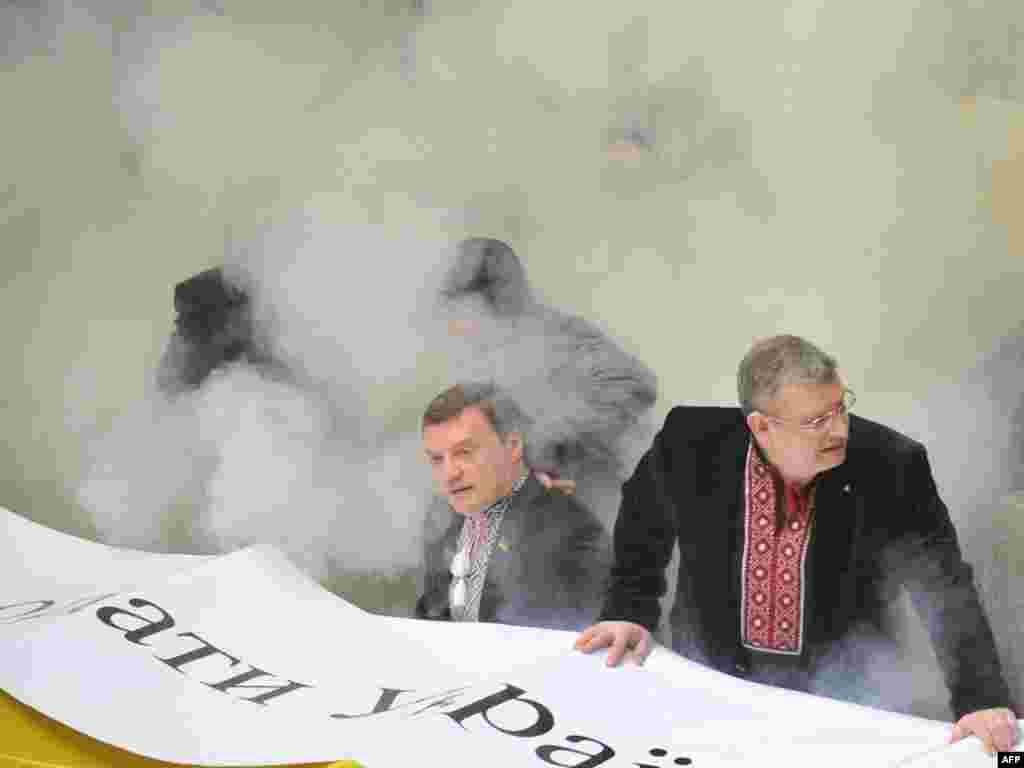 Оппозиционеры в это время жгли дымовые шашки.