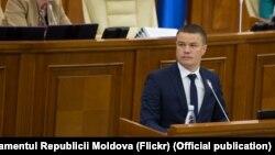 Procurorul Dumitru Robu la tribuna centrală a parlamentului. Imagine de arhivă