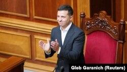 Президент України Володимир Зеленський аплодує голосуванню. Верховна Рада України, 29 серпня 2019 року