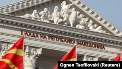 Steagurile macedonene în faţa clădirii guvernului la Skopje