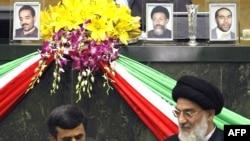 هاشمی شاهرودی (راست) در کنار احمدی نژاد (چپ) در مجلس شورای اسلامی