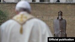 Papa Françesku duke u lutur.