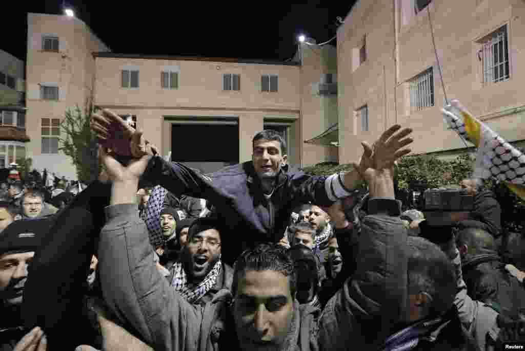31 декабря Израиль освободил 26 палестинских заключённых - в качестве очередного шага для содействия мирным переговорам с палестинской делегацией. Посредниками в израильско-палестинском диалоге выступают Соединённые Штаты. Это третья группа палестинцев, на освобождение которых согласилась израильская сторона. Предыдущие подобные шаги были предприняты Израилем в августе и октябре.