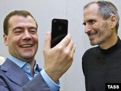 Заснавальнік кампаніі Apple Стыў Джобс дарыць тагачаснаму прэзыдэнту Расеі Дзьмітрыю Мядзьведзеву iPhone 4 у чэрвені 2010 году