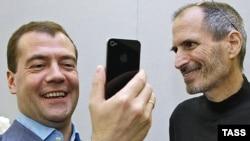 Стив Джобс, председатель совета директоров корпорации Apple, показывает Дмитрию Медведеву iPhone 4. Калифорния, 23 июня 2010 года.
