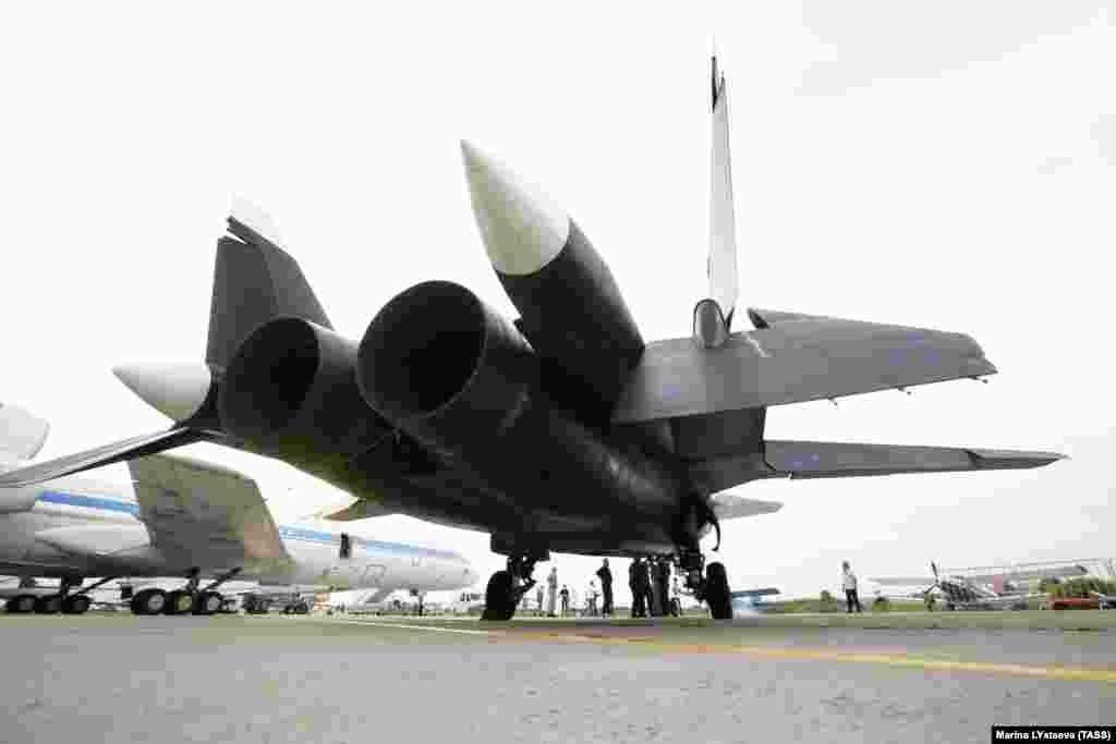 Сверхзвуковой реактивный истребитель Су-47 «Беркут». Экспериментальный боевой самолет так и не поступил на вооружение, но большая часть его технологий использована при разработке Су-57.