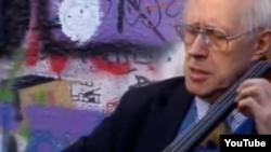 Mstislav Rostropovitci cîntînd la Zidul Berlinului