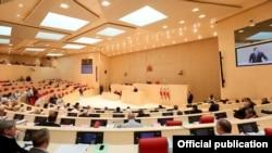 С утра на заседании правительства, свою позицию выразил и премьер-министр: доступ к личной информации граждан должен остаться в руках МВД