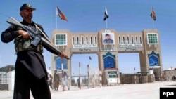 Сотрудник пакистанских служб безопасности на границе с Афганистаном.