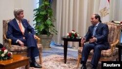السيسي وكيري في لقاء على هامش المؤتمر الاقتصادي في شرم الشيخ، 13 آذار 2015